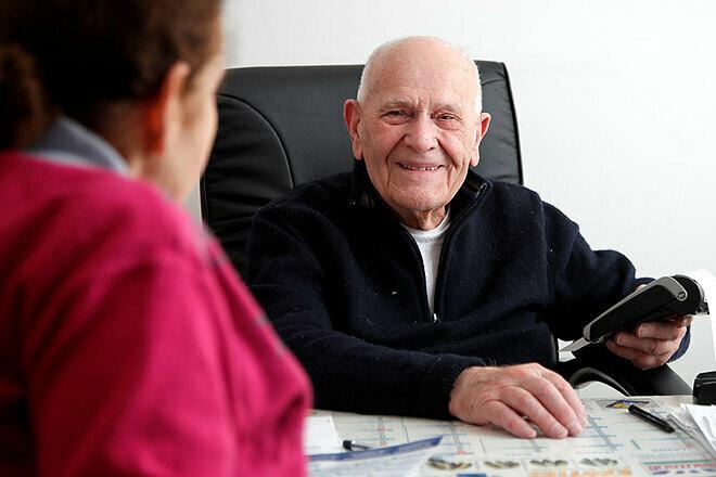 Ông thăm khám cho khoảng 20 bệnh nhân một ngày. Ảnh: Reuters
