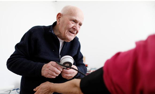 Bác sĩ Christian Chenay vẫn làm việc ở độ tuổi 98. Ảnh: Reuters