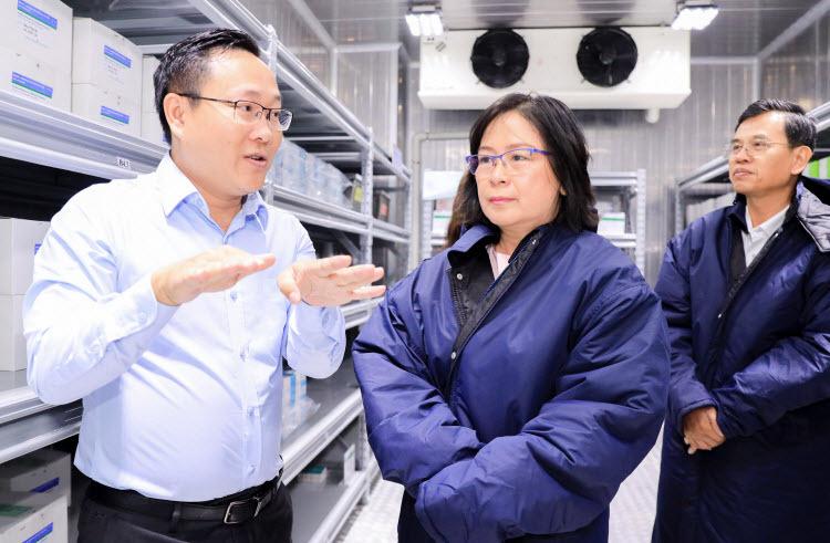 Bà Võ Thị Hồng Ánh - Phó chủ tịch UBND thành phốCần Thơ tham quan kho lạnh bảo quản vắcxin tại VNVC Cần Thơ.