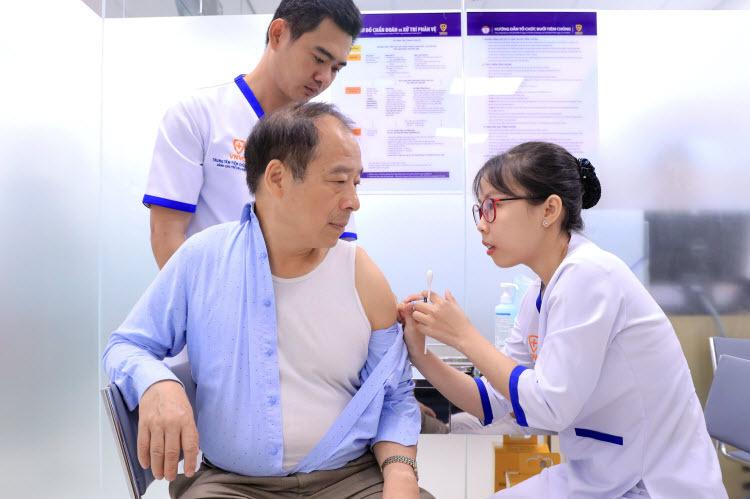 Khách hàng tiêm vắcxin phòng bệnh do phế cầu Prevenar 13 ngay sáng khai trương VNVC Cần Thơ.
