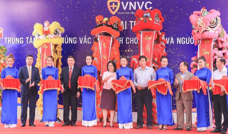 Các khách mời tham dự lễ khai trương của VNVC ngày 26/11.