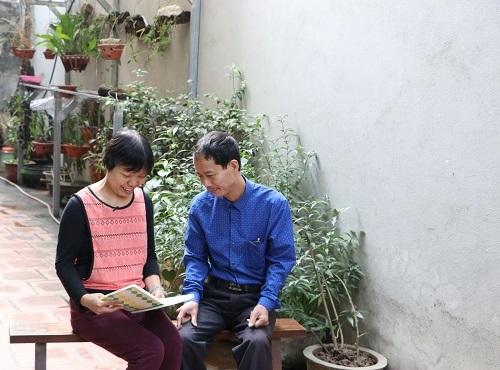 Cô giáo Hường cùng chồng.