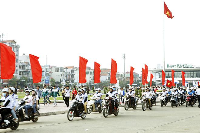 Người dân diễu hành hưởng ứng Thánghành động quốc gia phòng, chống HIV/AIDS. Ảnh: Hải Huệ.