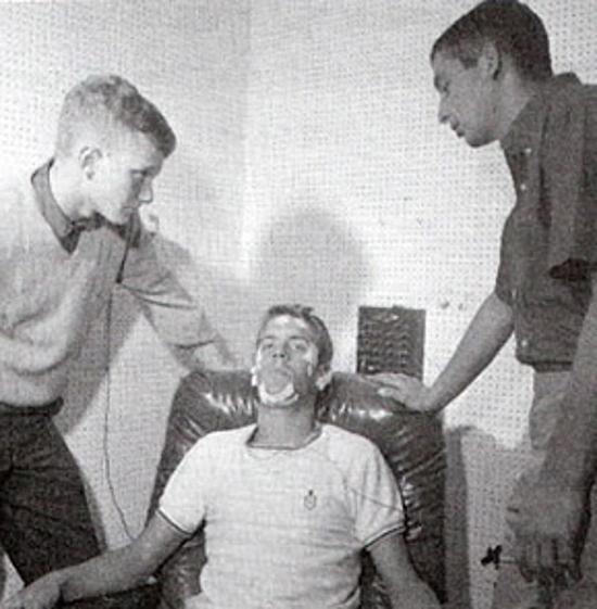 Randy và hai người bạn tiến hành thí nghiệm. Ảnh: Lucid Dreaming