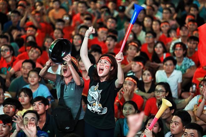 Người hâm mộ TP HCM cổ vũ cho đội tuyển Việt Nam trong trận gặp đội Malaysia trên phố đi bộ Nguyễn Huệ. Ảnh: Hữu Khoa