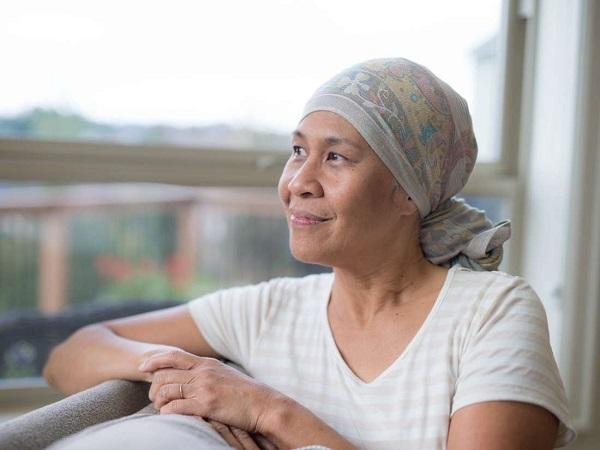 Người bị rụng tóc có thể dùng tóc giả hoặc khăn trong thời gian chờ tóc mọc trở lại. (Ảnh minh họa)