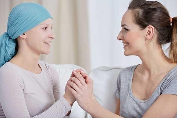 Người bệnh ung thư rất cần bạn bè ở bên động viên, chia sẻ. (Ảnh minh họa)