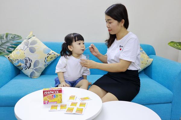 Chị Quý Hằng (TP HCM) chăm con gái sốt.