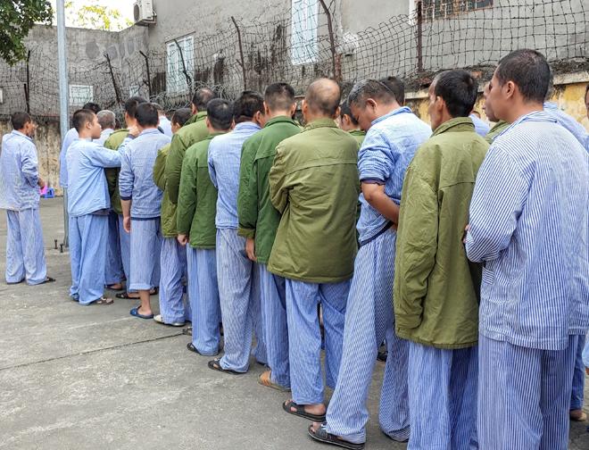 10h mỗi sáng, các bệnh nhân đứng xếp hàng tại sân để uống thuốc. Ảnh: Thúy Quỳnh