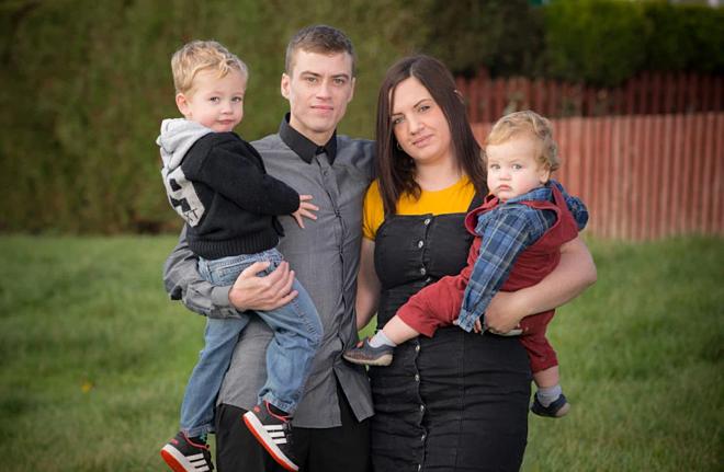 Emily cùng chồng Richard và hai con. Ảnh:Triagnle News