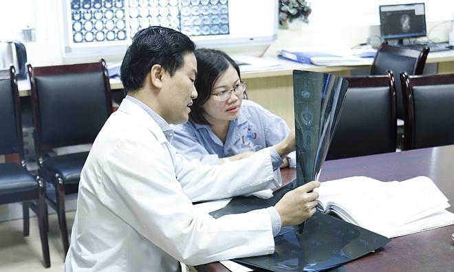 Tiến sĩ Liên trao đổi với bệnh nhân về kết quả điều trị. Ảnh: Hà Trần.