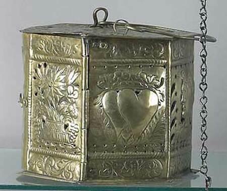 Lò sưởi bằng đồng được trang trí tỉ mỉ cho các cặp đôi mới cưới. Ảnh: Colonial Senfe