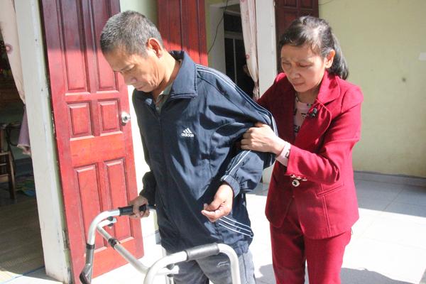 Hàng ngày, sau bữa sáng 30 phút, chị Hồng dìu anh Tiến tập đi, hy vọng anh sớm hồi phục, đi lại bình thường như trước đây.