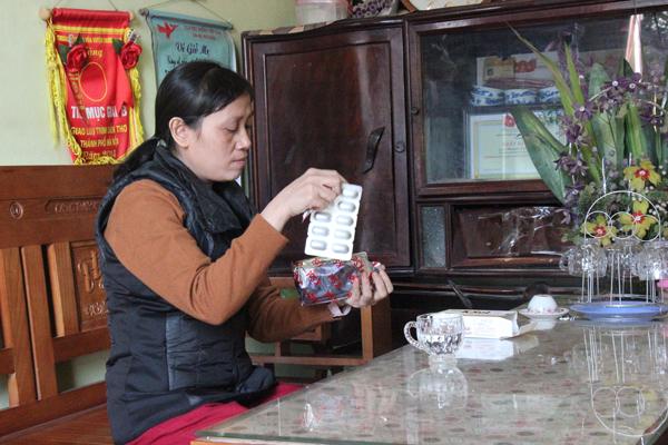 Hàng ngày, chị Hồng uống thực phẩm bảo vệ sức khỏe Ksol góp phần tăng sức đề kháng, giảm tác dụng của hóa, xạ trị.