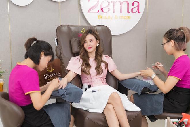 Cũng như bao bạn gái, chăm sóc vẻ ngoài luôn được Midu chú trọng. Bên cạnh trang phục, làn da, cô nàng còn chăm chút cho đôi bàn tay với những bộ móng xinh xắn. Mới đây, nữ diễn viên có dịp trải nghiệm làm nail tại Zema - ngân hàng kềm miễn phí.
