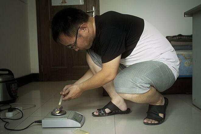 Zhang Muffun đang tự điều chế thuốc ung thư cho mẹ mình. Ảnh: New York Times