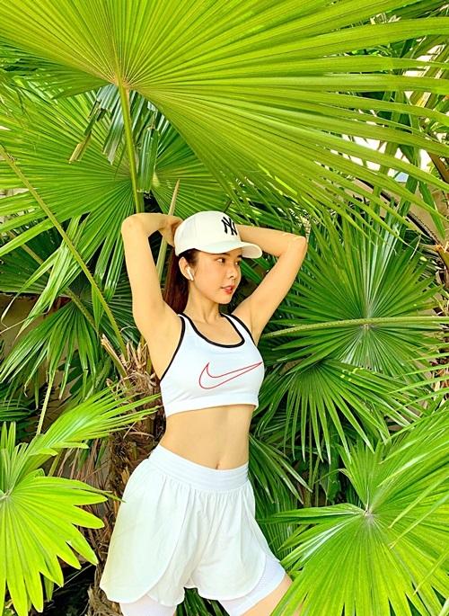 Hình thể đẹp giúp Huỳnh Vy tự tin diện trang phục tôn eo.