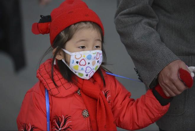 Chính quyền Trung Quốc khuyến khích người dân lắp máy lọc không khí. Ảnh: AFP