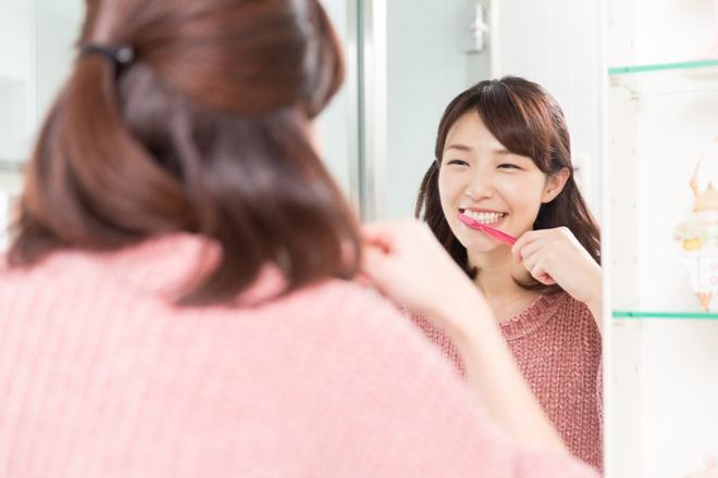 Chải răng nhẹ nhàng thay vì chải quá mạnh sẽ giúp bạn tránh được những cơn ê buốt răng