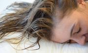 Điều gì xảy ra khi bạn để tóc ướt đi ngủ