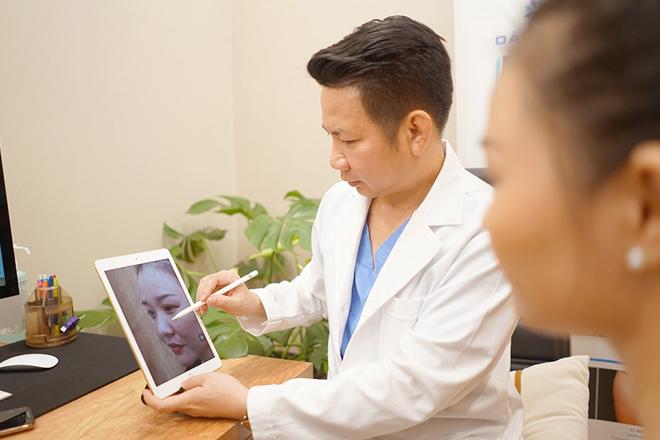 Bác sĩ Võ Thành Trung thăm khám và tư vấn cho khách hàng trước khi thực hiện để đưa ra phương pháp và dáng mũi phù hợp.