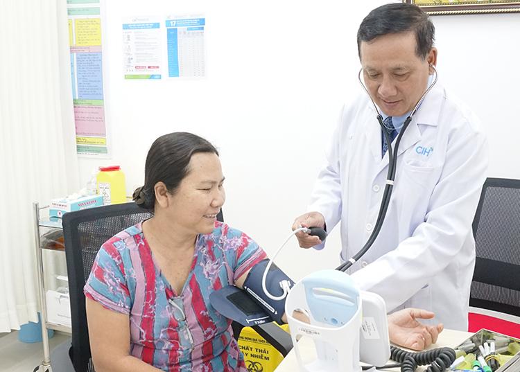 Bác sĩ Bệnh viện Quốc tế City khám cho bệnh nhân tại phòng khám.
