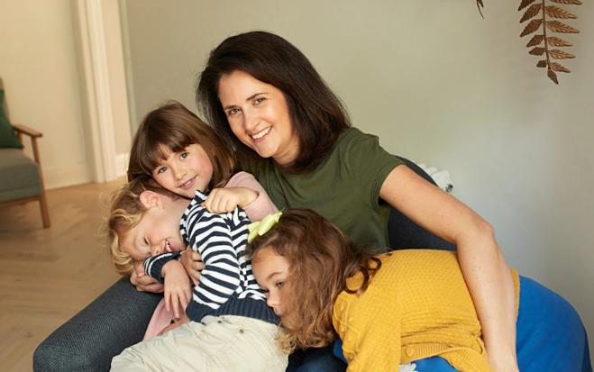 Chanelle Rogers cùng ba con của mình. Ảnh: Telegraph