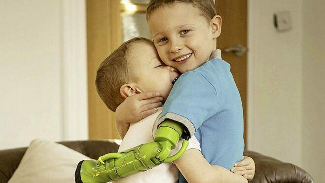 Jacob lần đầu được ôm em trai bằng cả hai tay. Ảnh:SWNS