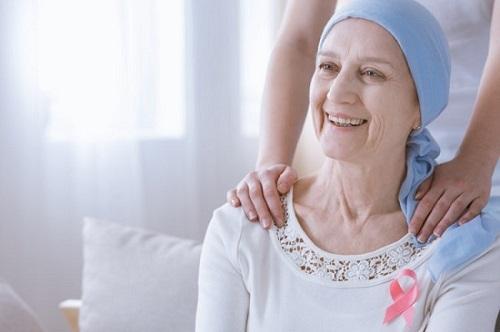 Bệnh nhân ung thư giai đoạn cuối cần người thân quan tâm, chăm sóc. (Ảnh minh họa)