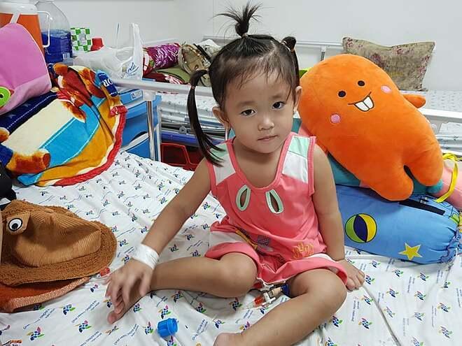 Bé gáiđang hồi phục sau đột quỵ. Ảnh bệnh viện cung cấp.