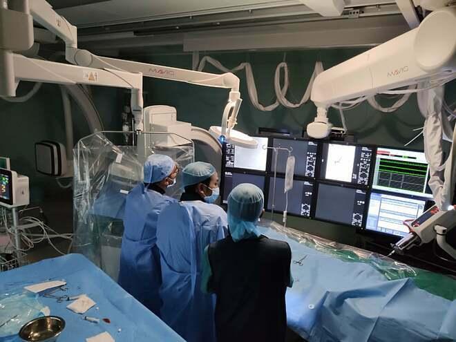 Kíp bác sĩ can thiệp tái thông mạch máu não cho bé. Ảnh do bệnh viện cung cấp.