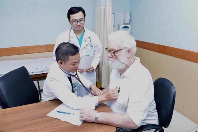 Bệnh nhân người Australia khám tại một bệnh viện ở Việt Nam. Ảnh: N.P
