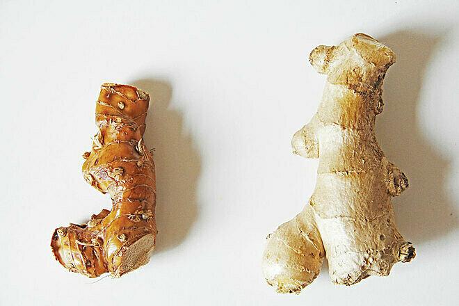 Củ riềng ( bên trái) và củ gừng ( bên phải). Ảnh: Eastmeets kitchen