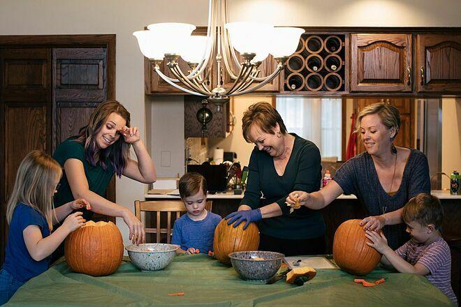 Gia đình Cathy quây quần trong ngày Lễ Tạ Ơn. Ảnh: Wall Street Journal
