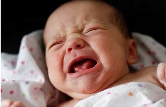 Thiếu hụt canxi khiến trẻ quấy khóc đêm.
