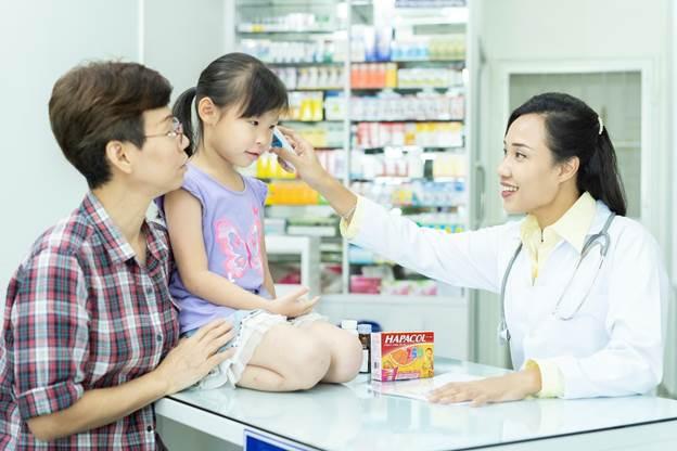 Người tiêu dùng lưu ý xem xét nguyên liệu khi mua thuốc hạ sôt cho bé.
