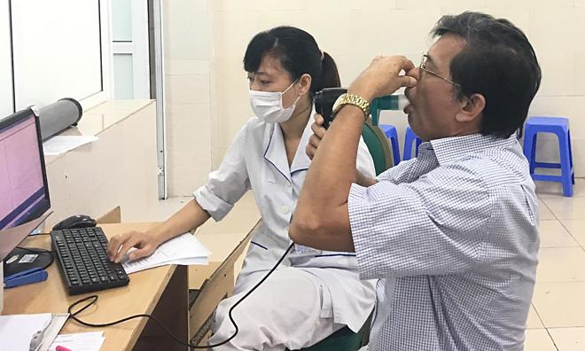 Bệnh nhân khám hô hấp tại Bệnh viện Bạch Mai. Ảnh: Lê Nga.