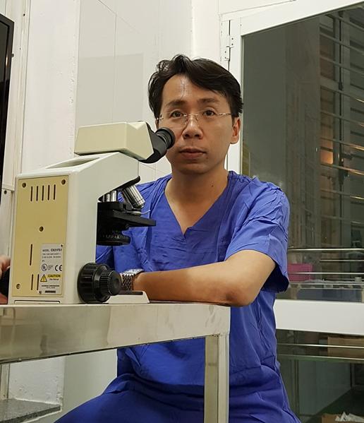 Bác sĩ tìm tinh trùng cho hàng trăm cặp vợ chồng hiếm muộn - 1