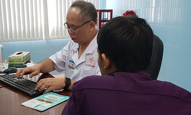 Bác sĩ Mai Bá Tiến Dũng khám, tư vấn nam khoa cho bệnh nhân. Ảnh: Lê Phương.