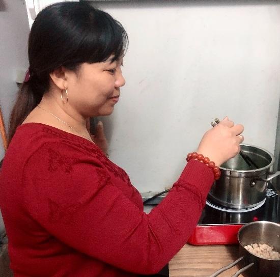 Chị Hiển nhận chăm sóc tại nhà cho người già từ bữa ăn, giặt giũ để trang trải thêm viện phí và chăm sóc gia đình. Ảnh: Thùy An