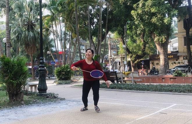 Thời gian rảnh, chị đi bộ, tập thể dục, chơi cầu lông ở công viên gần nhà để tinh thần luôn thoải mái, vui vẻ. Ảnh: Thùy An