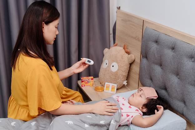 Minh Trang tìm hiểu kỹ trước khi sử dụng thuốc hạ sốt cho bé.