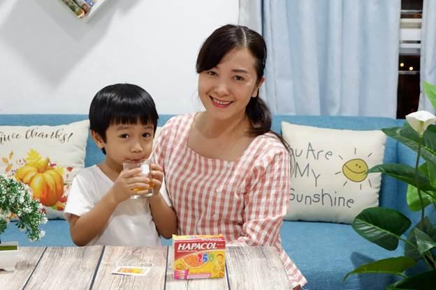 Trần Hoàng Anh Nguyệt sử dụng thuốc hạ sốt vị cam cho con.