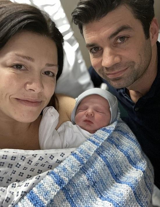 Lewis Jones và Hannah Vaughan Jones cùng con trai. Ảnh: Wales News Service