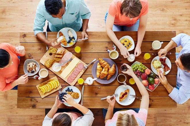 Bữa sáng thịnh soạn giúp tăng lượng đường trong máu, giảm cảm giác choáng váng. Ảnh: Adobe Stock