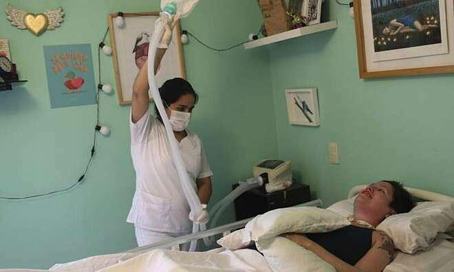 Ana cần người chăm sóc cả ngày, sự sống phụ thuộc vào máy móc y tế. Ảnh: Medical Express