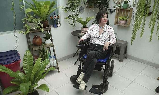 Ana phải di chuyển bằng xe lăn điện vì các cơ quá yếu, 10 ngón tay của cô chỉ còn ngón trỏ phải linh hoạt.Ảnh: Medical Express