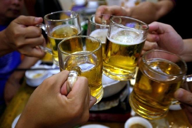 Rượu, bia là nguyên nhân trực tiếp gây nên hơn 30 bệnh lây nhiễm và 200 bệnh tật khác. Ảnh: Financial express