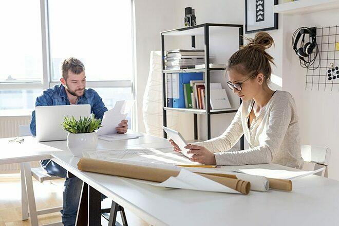Đặt một bát cây nhỏ trên bàn làm việc giúp giảm stress. Ảnh: Yahoo News