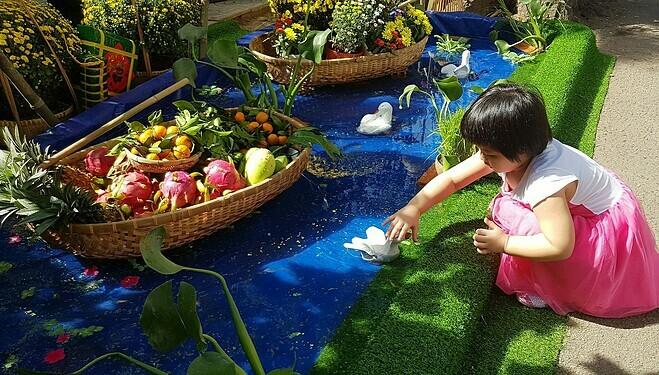 Hình ảnh sông nước với thuyền hoa, đàn vịt thu hút các em nhỏ. Ảnh: Lê Phương.